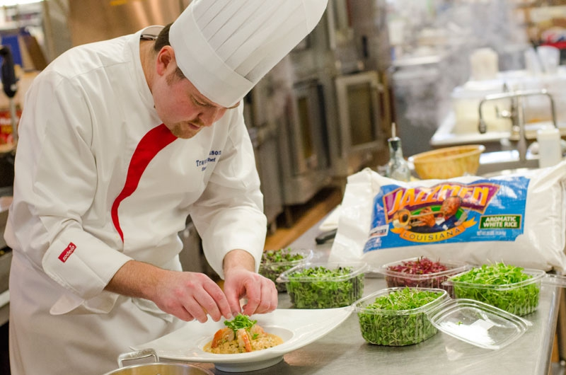 Executive Chef Travis Johnson plating Jazzmen dish at Tulane Sodexo University